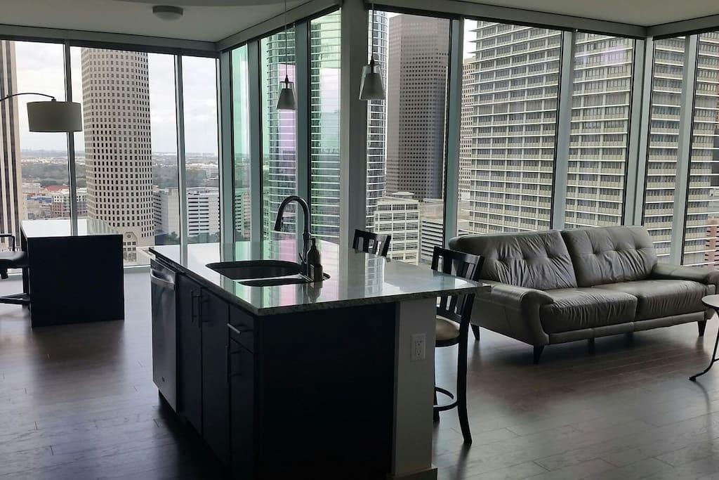 Top Floor 1 Bedroom Corner Penthouse With Views