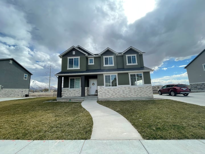 Cozy New Home Close to Freeway, Provo