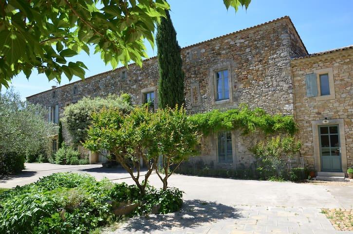 gîte dans partie de Mas Provençal - Tresques - Dům