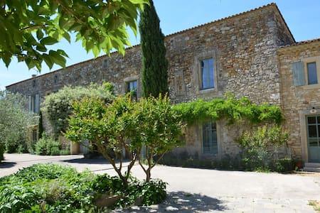 gîte dans partie de Mas Provençal - Tresques