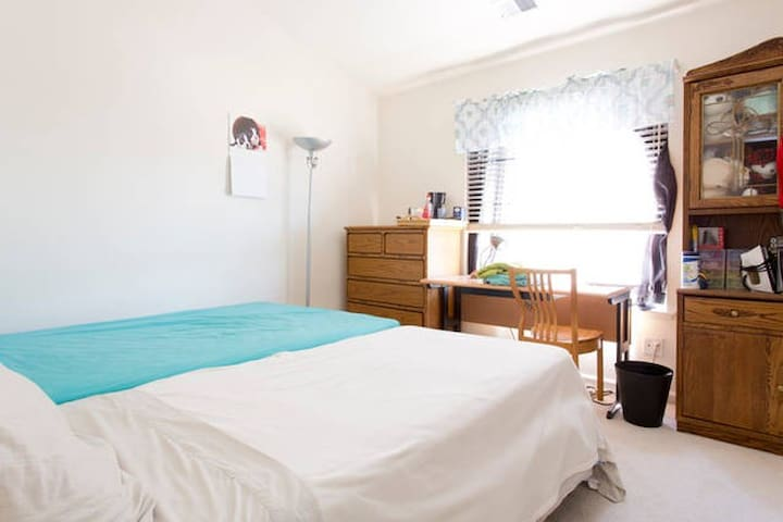 This room's booking: High ceiling, very spacious private bedroom with attached full bathroom and very bright in the morning. Normally there's queen size bed, when there's 3 guests booking, additional twin bed can be added. For small family or female.