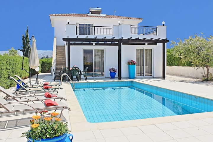 Villa Anemone: Superb pool, A/C, near beach