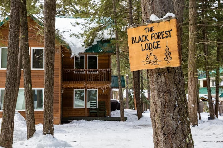 Black Forest Lodge:Brand New Hot Tub & Beds/Linens