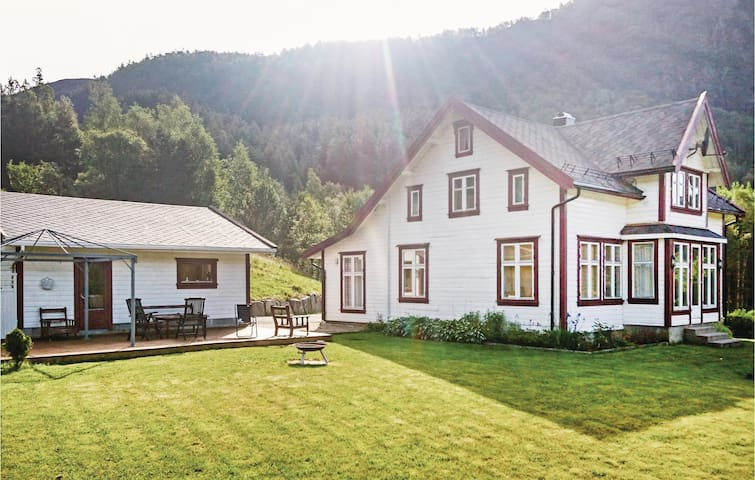 Holiday cottage with 5 bedrooms on 150 m² in Tonstad