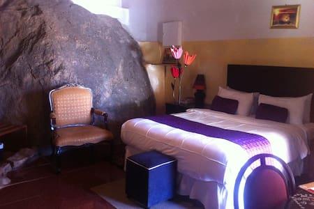 Maeto Lodge - Bungalow built over natural Rock