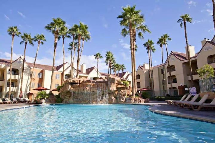 Holiday Inn Desert Club - 1 Block from Strip