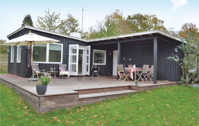 Holiday cottage with 2 bedrooms on 76 m² in Dronningmølle