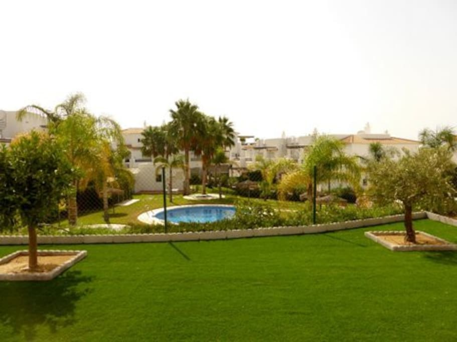 Vista a la piscina desde la terraza