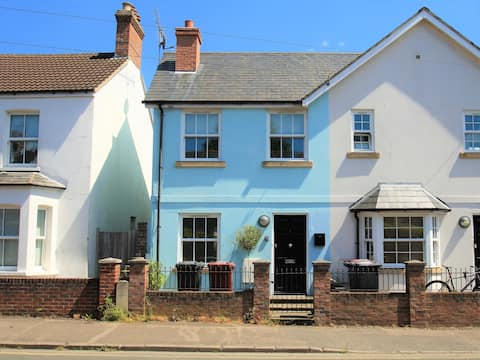 Central Chichester Townhouse with Parking