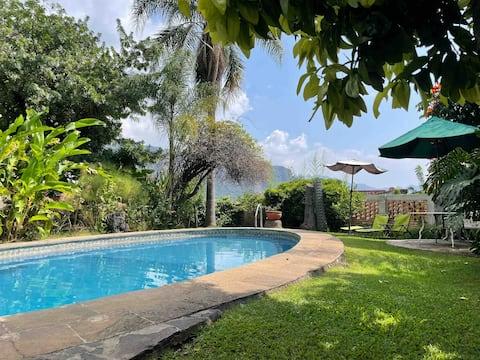 La Casa Blanca - Villa with pool in center of town
