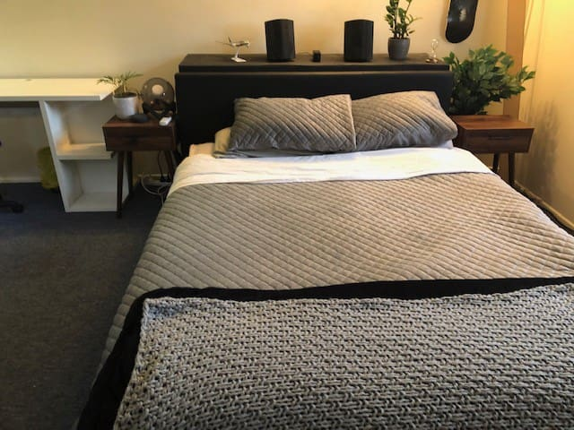 Queen bed in large private room, South Brisbane