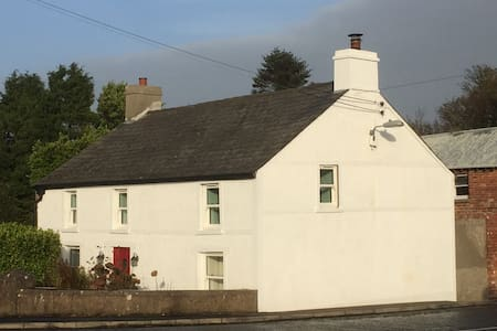 Luxury 1760s Cottage near Coast - Larne - Casa