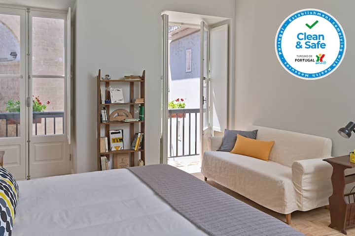 Spacious and renovated apt in front of the Arch of Almedina