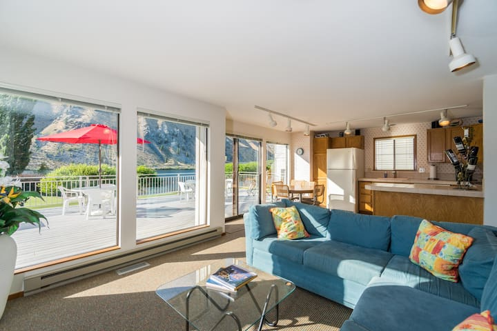 Spacious waterfront home  w/ shared pool, private hot tub steps from Lake Entiat