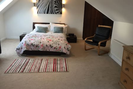 Huge loft room with ensuite shower, wifi, tv - Chalfont Saint Peter