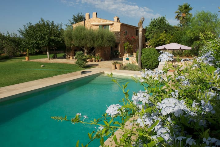 Mediterranean Villa with Wi-Fi, Air Conditioning, Pool and Garden