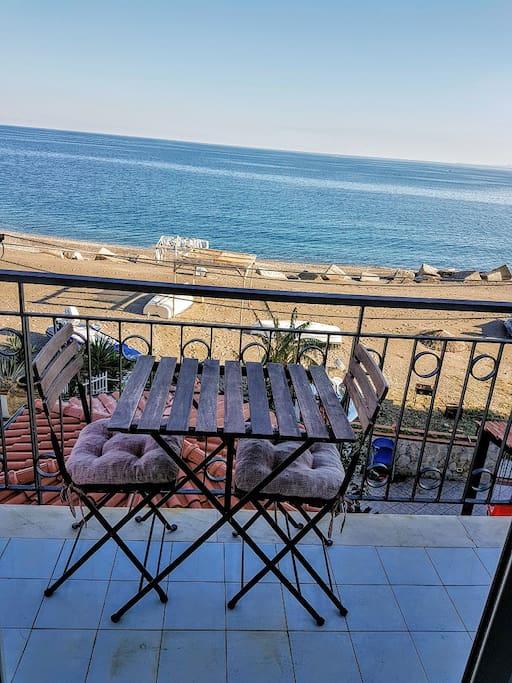 tavolinetto sul balcone