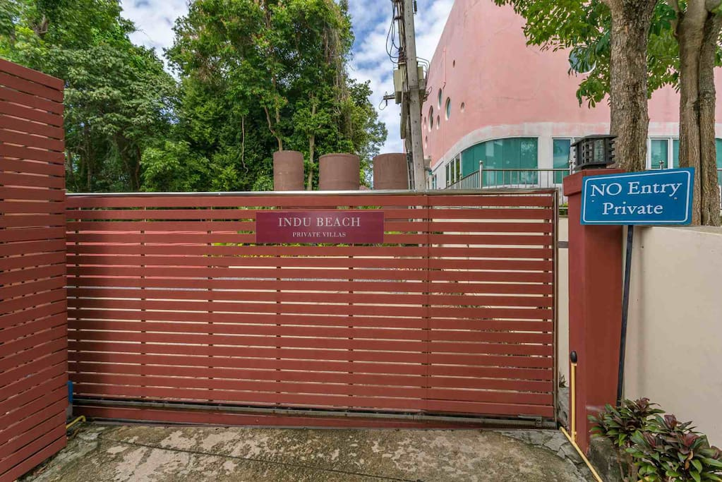 "Entrée principale de la résidence ""Indu Beach Villas"""