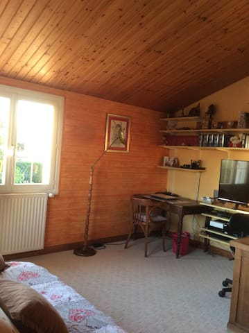Mezzanine avec TV et canapé lit