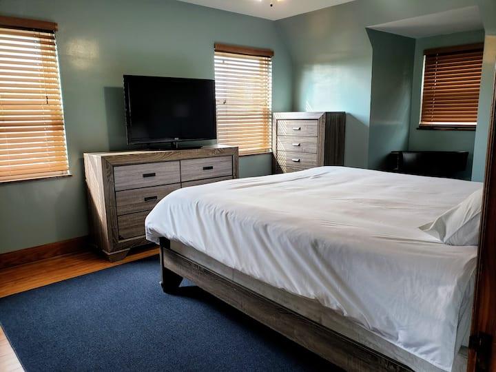 Cozy Private Master Bedroom on quiet dead-end road