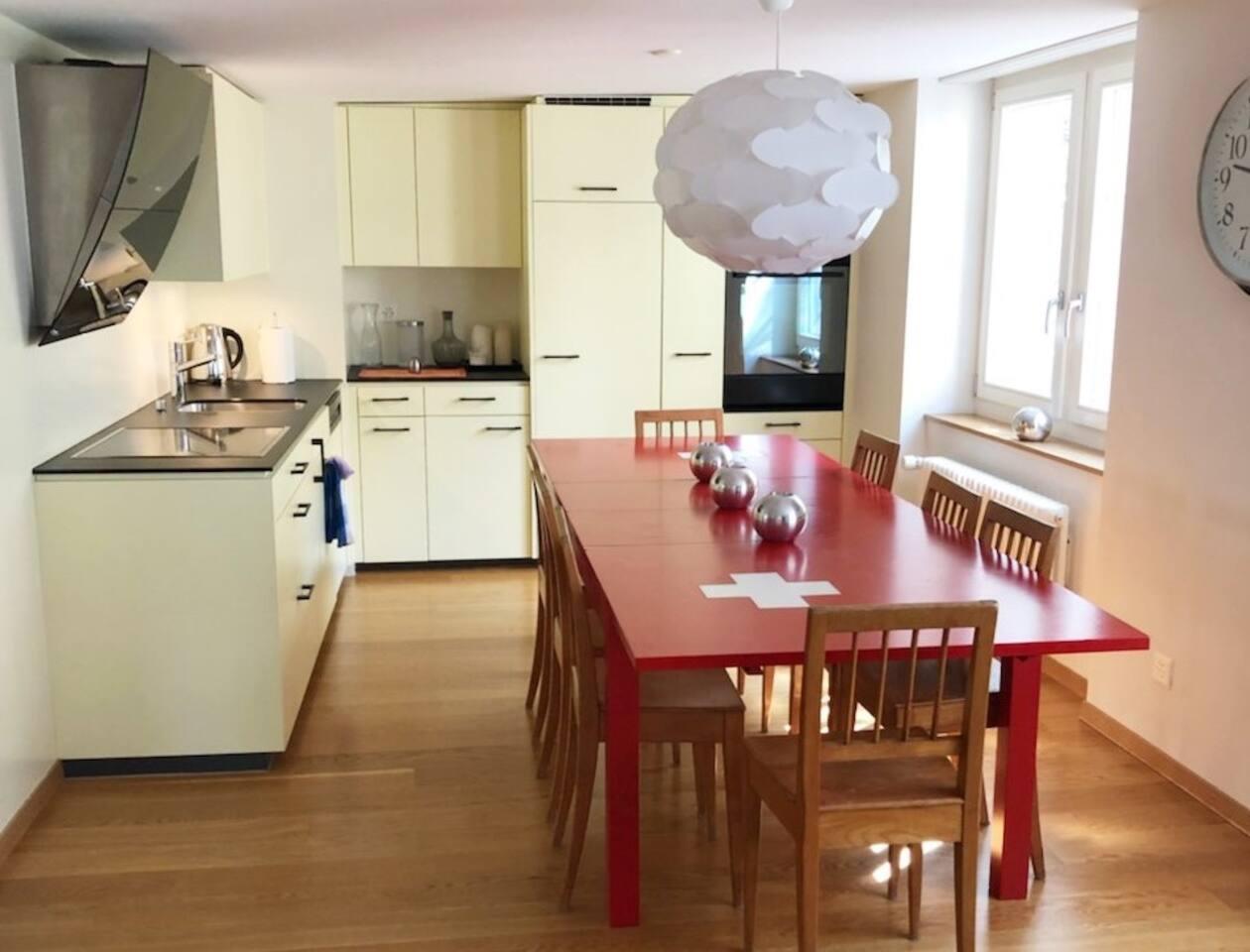 Wohnküche mit Herd, Backofen, Spühlmaschine voll ausgerüstet.