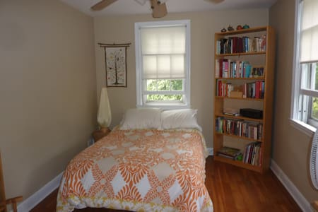 Private room with single bed and writing desk - Baltimore