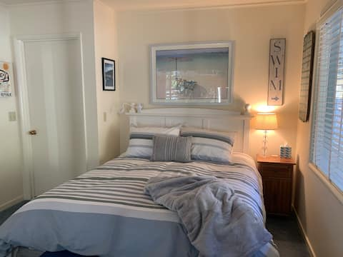 Private room/entry/bathroom near downtown & valley