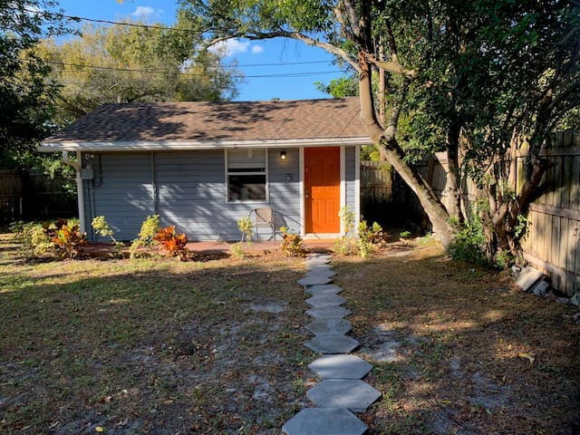 Lovely Cozy Cottage: close to Downtown, Beaches