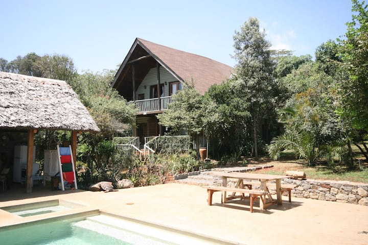 Rustic Chic House with Pool near Giraffe Centre