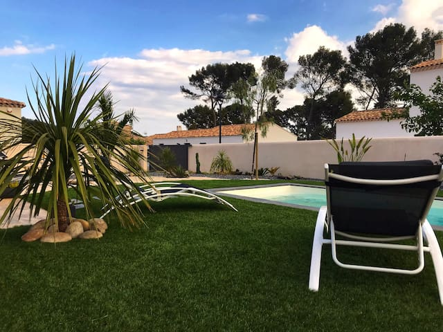 Belle vue sur jardin zen avec piscine