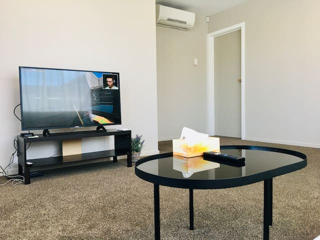 Newly renovated unit near airport