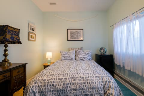 Cozy Room and Bath in Historic Niles District