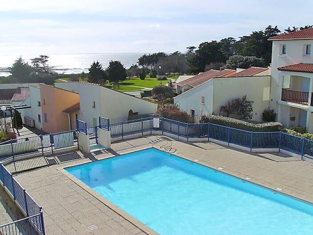 Résidence avec piscine au bord de l'eau