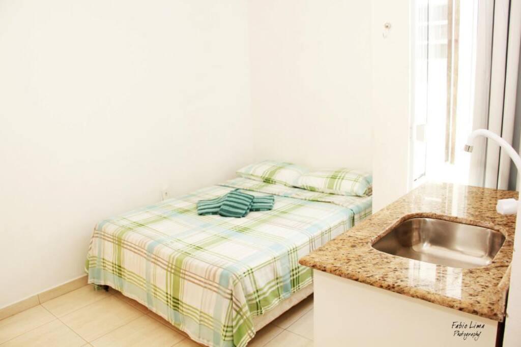 Quarto suite com cama de casal e banheiro interno com ou sem sacada