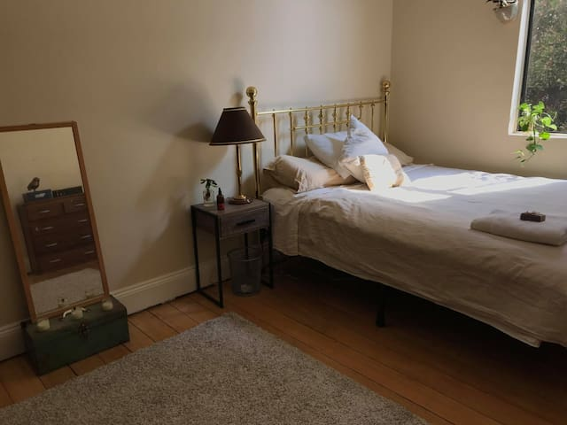 Affordable, Chic & Central Enmore apt