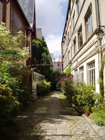 Studette cour silencieuse plantée - Paris - House
