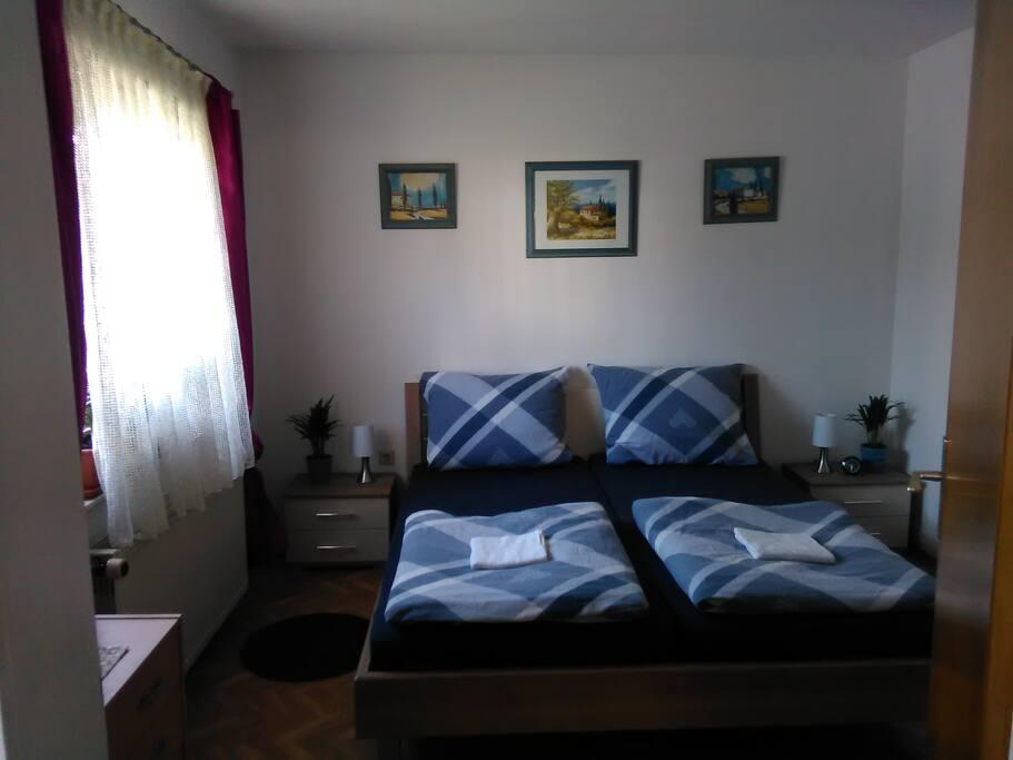 Gästezimmer 1 Bett 180 x 200cm Mit Smart-TV, Internet und Kleiderschrank