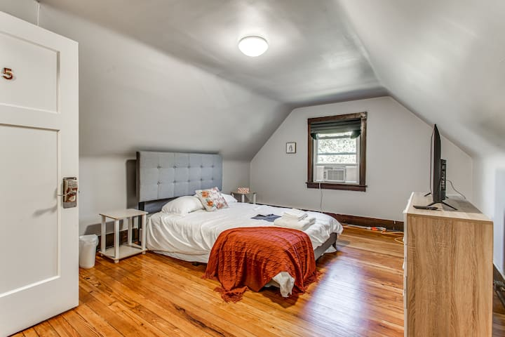 💜Quaint Private Bedroom in Squirrel Hill💜