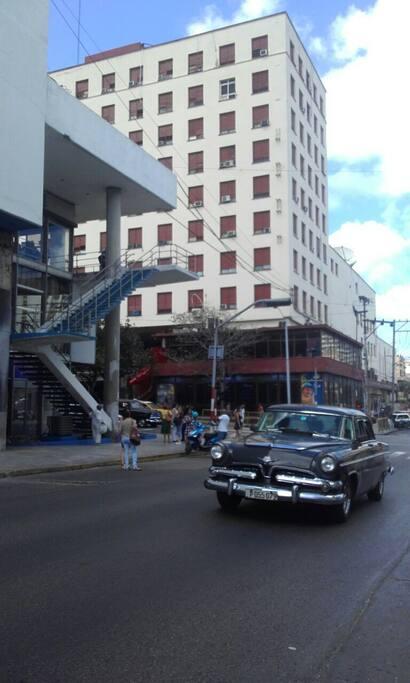 El entorno del hospedaje en el centro de la capital del pais . Esquina de 24 y M