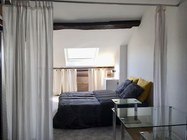 Une chambre spacieuse et confortable.