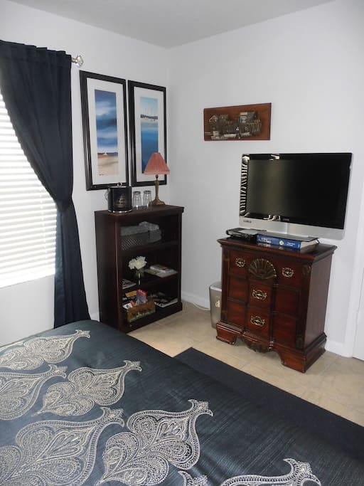 Flat screen TV + cabinet with drawers & shelves containing local information + ICE & water !