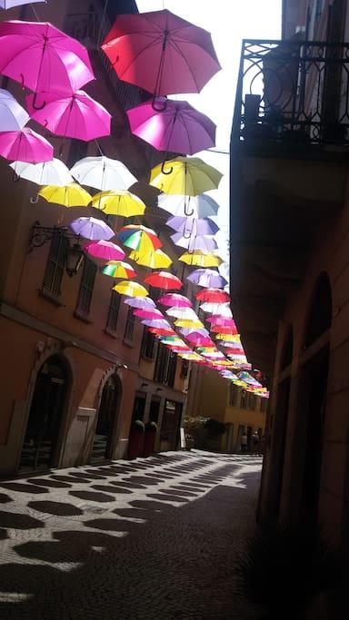 Arona, Corso pedonale.... gli ombrelli son tornati !!!