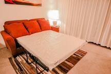 Queen sized sofa bed. クイーンサイズのソファーベット。