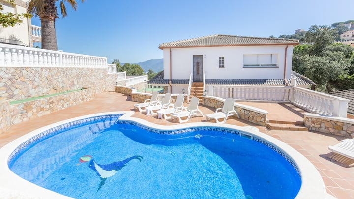 Villa with pool, wifi, garden and sea views.