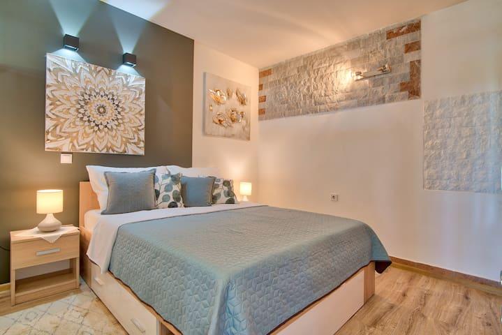 Main bedroom / Hauptschlafzimmer