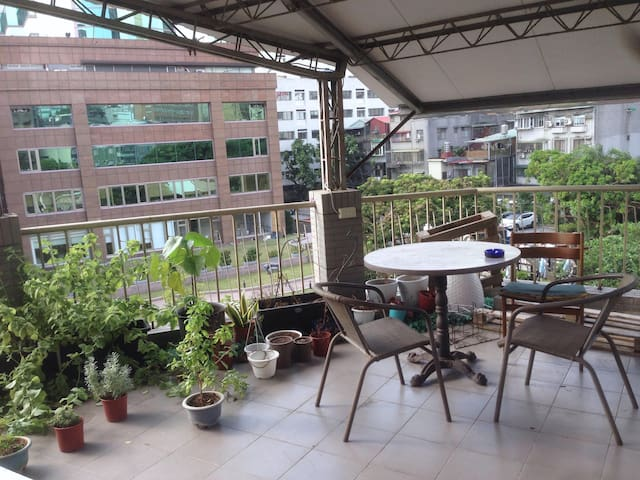Cozy Room with Mini Rooftop in Teipei City center