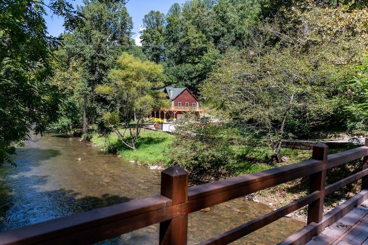 Johnathan Creek Cabin Overlooking Creek