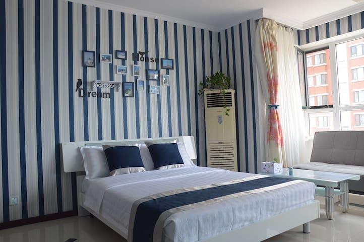 三一三龙湾海滨沙滩浴场海景套房,坐在房间看大海