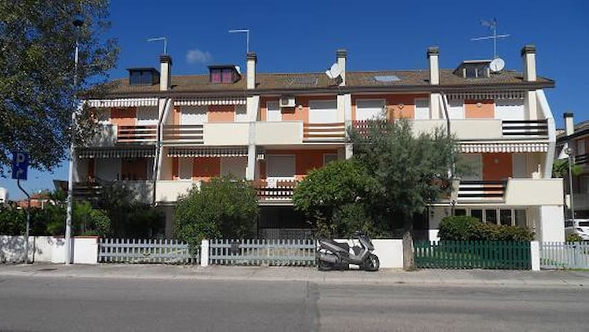 VILLA BISSONA CON PISCINA E GIARDINO - Porto Santa Margherita - Квартира