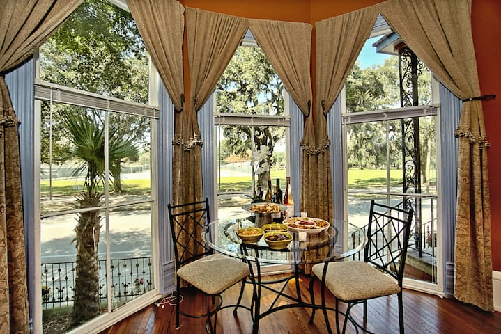 Elegant 2 bed directly on Forsyth Park